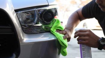 Aprenda a lavar o carro sem danificá-lo